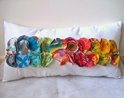 decorar cojines con círculos de colores
