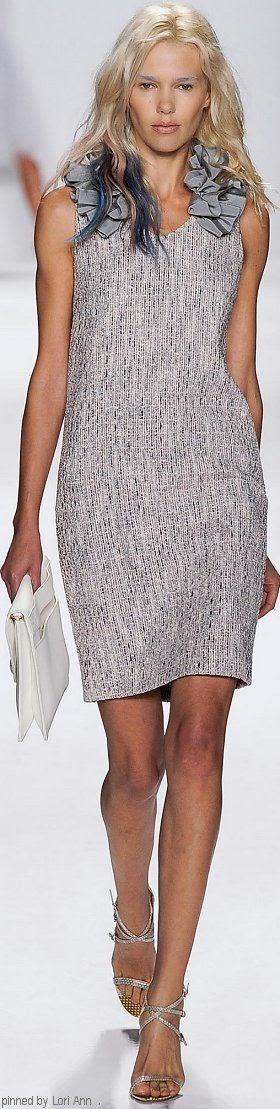 modificar un vestido añadiendo un adorno al escote