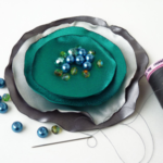 cómo hacer un broche con círculos de satén
